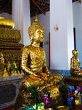 Estatua de Buda con las hojas de oro enormes Foto de archivo libre de regalías
