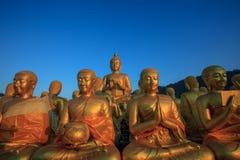 Estatua de Buda contra el cielo azul claro en el templo de Tailandia Fotos de archivo libres de regalías