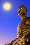 Estatua de Buda debajo de la Luna Llena Fotos de archivo libres de regalías