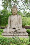 Estatua de Buda debajo del árbol del bodhi Fotos de archivo