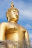 Estatua de Buda del oro bajo construcción en templo tailandés con el cielo claro WAT MUANG, Ang Thong, TAILANDIA imágenes de archivo libres de regalías