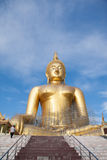 Estatua de Buda del oro bajo construcción en templo tailandés con el cielo claro WAT MUANG, Ang Thong, TAILANDIA fotos de archivo libres de regalías