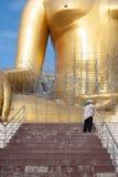 Estatua de Buda del oro bajo construcción en templo tailandés con el cielo claro WAT MUANG, Ang Thong, TAILANDIA imagen de archivo libre de regalías