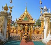 Estatua de Buda del oro con arquitectura hermosa del templo Foto de archivo libre de regalías