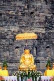 Estatua de Buda del oro en el templo de Borobudur Imagenes de archivo
