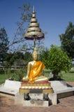 Estatua de Buda del oro en jardín en al aire libre Foto de archivo libre de regalías