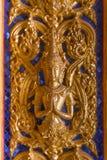 Estatua de Buda del oro en la pared en iglesia en el templo budista en T Fotos de archivo