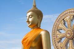 Estatua de Buda del oro en templo tailandés con el cielo claro WAT MUANG, Ang Thong, TAILANDIA Foto de archivo libre de regalías