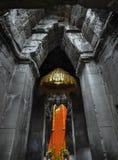 Estatua de Buda en capilla con el incienso, ofrendas imagenes de archivo