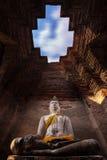 Estatua de Buda en cueva Imagen de archivo libre de regalías