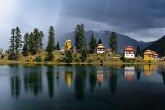 Estatua de Buda en Cuoka a orillas del lago Fotografía de archivo libre de regalías