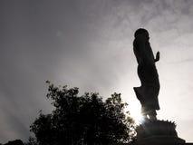 Estatua de Buda en fondo del cielo Imagen de archivo