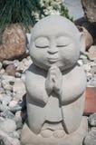 Estatua de Buda en jardín japonés Foto de archivo