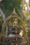 Estatua de Buda en la cabeza del ` s del garuda, Tailandia Imagenes de archivo