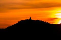 Estatua de Buda en la montaña Fotos de archivo libres de regalías