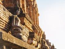 Estatua de Buda en la pared del templo en el parque histórico Tailandia de Sukhothai Imagenes de archivo