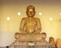 Estatua de Buda en la terraza en Pha que Luang Stupa imágenes de archivo libres de regalías
