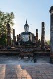 Estatua de Buda en ruinas viejas del templo budista Fotos de archivo