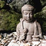 Estatua de Buda en un jardín imagenes de archivo