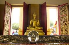 Estatua de Buda para la gente que ruega en Wat Khao Sakae Krang Foto de archivo libre de regalías