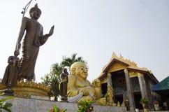 Estatua de Buda para la gente que ruega en Wat Khao Sakae Krang Imagen de archivo