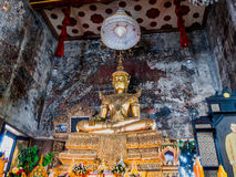 Estatua de Buda que lleva ornamentals antiguos desprendibles del rey Imagen de archivo
