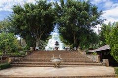 Estatua de Buda que se sienta y sonriente Foto de archivo libre de regalías