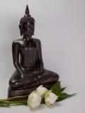 Estatua de Buda, ramo de Lotus blanco para la adoración Imagen de archivo