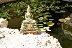 Estatua de Buda tailandés en actitud de la meditación fotos de archivo libres de regalías