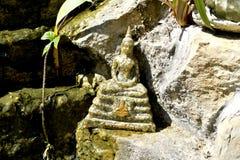 Estatua de Buda tailandés en actitud de la meditación imágenes de archivo libres de regalías