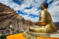 Estatua de Buda y monasterio de Hemis ladakh Imágenes de archivo libres de regalías