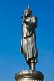 Estatua de Buddha del estilo de vida en cielo azul Fotos de archivo