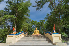 Estatua de buddha del oro que se sienta Fotos de archivo