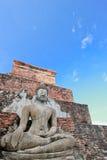 Estatua de Buddha en cielo azul Fotos de archivo