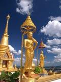 Estatua de Buddha en cielo azul imagenes de archivo