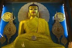 Estatua de Buddha en el templo de Mahabodhi. Fotografía de archivo