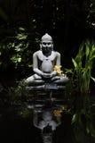 Estatua de Buddha en jardín Foto de archivo