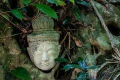 Estatua de Buddha en la selva Imágenes de archivo libres de regalías