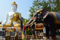 Estatua de buddha que se sienta Templo de Wat Phra That Doi Kham Tambon Mae Hia, Amphoe Mueang Chiang Mai Province tailandia fotografía de archivo