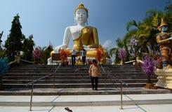Estatua de buddha que se sienta Templo de Wat Phra That Doi Kham Tambon Mae Hia, Amphoe Mueang Chiang Mai Province tailandia fotografía de archivo libre de regalías