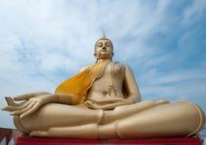 Estatua de Buddha y cielo azul Imágenes de archivo libres de regalías