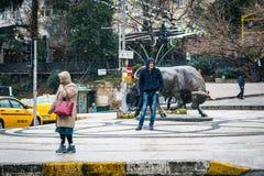 Estatua de Bull en el cuadrado de Kadikoy en Estambul, Turquía Fotografía de archivo libre de regalías