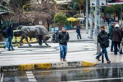 Estatua de Bull en el cuadrado de Kadikoy en Estambul, Turquía Foto de archivo