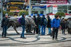 Estatua de Bull en el cuadrado de Kadikoy en Estambul, Turquía Imagen de archivo