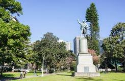 Estatua de capitán Cook en el parque fotografía de archivo