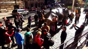 Estatua de carga Nueva York de Bull cerca de paisajes urbanos financieros de los E.E.U.U. del distrito de Wall Street metrajes