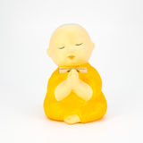 Estatua de cerámica del monje lindo aislada en el fondo blanco Imagenes de archivo
