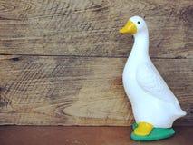 estatua de cerámica del pato de la decoración interior de cerámica del jardín con color del filtro Foto de archivo