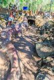 Estatua de Chalawan y de Kraithong en el frente de la cueva de Chalawan (Chalawan es el rey del cocodrilo en literario tailandés) imagen de archivo libre de regalías