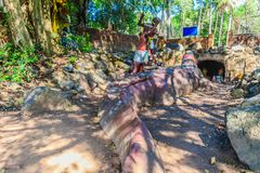 Estatua de Chalawan y de Kraithong en el frente de la cueva de Chalawan (Chalawan es el rey del cocodrilo en literario tailandés) fotos de archivo